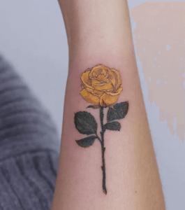 тату желтой розы